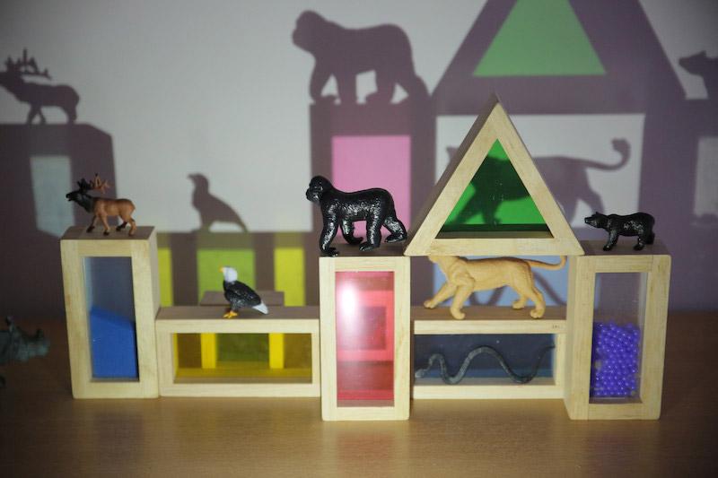 jeux d'ombre avec blocs multicolores et figurines d'animaux