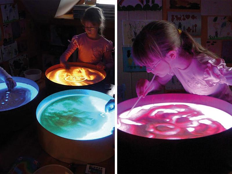 Activité sensorielle avec la lumière de la table lumineuse