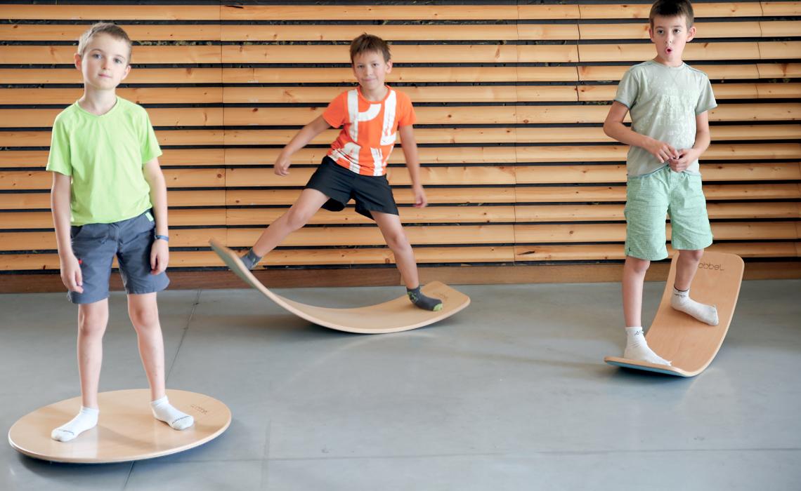 Des garçons sur des planches d'équilibre Wobbel