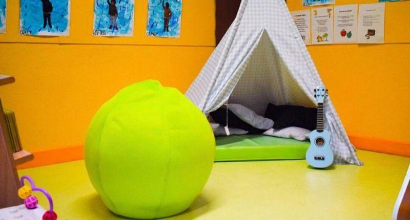 coin calme et ballon dans une classe flexible