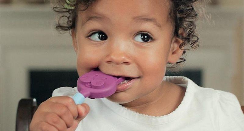 Bébé avec outil de mastication
