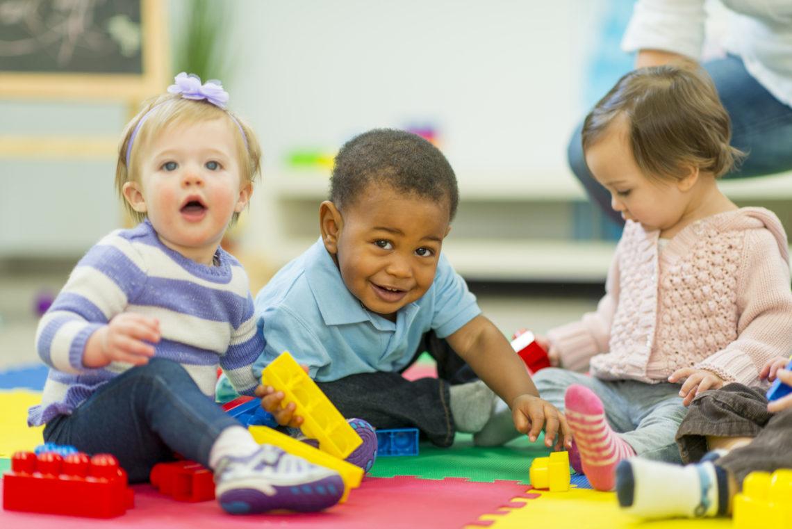Bébés qui jouent - petite enfance