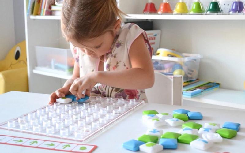 Une petite fille joue à un jeu