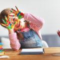 Enfant avec peinture sur les mains