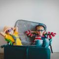 Deux enfants heureux assis dans une valise