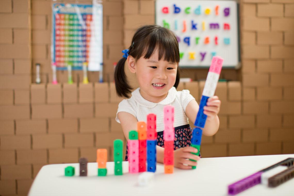 petite fille qui joue avec les cubes Mathlink