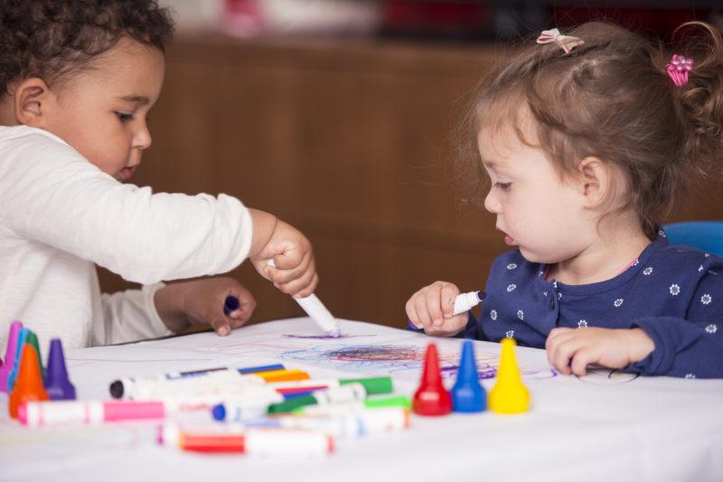 Jeunes enfants qui dessinent