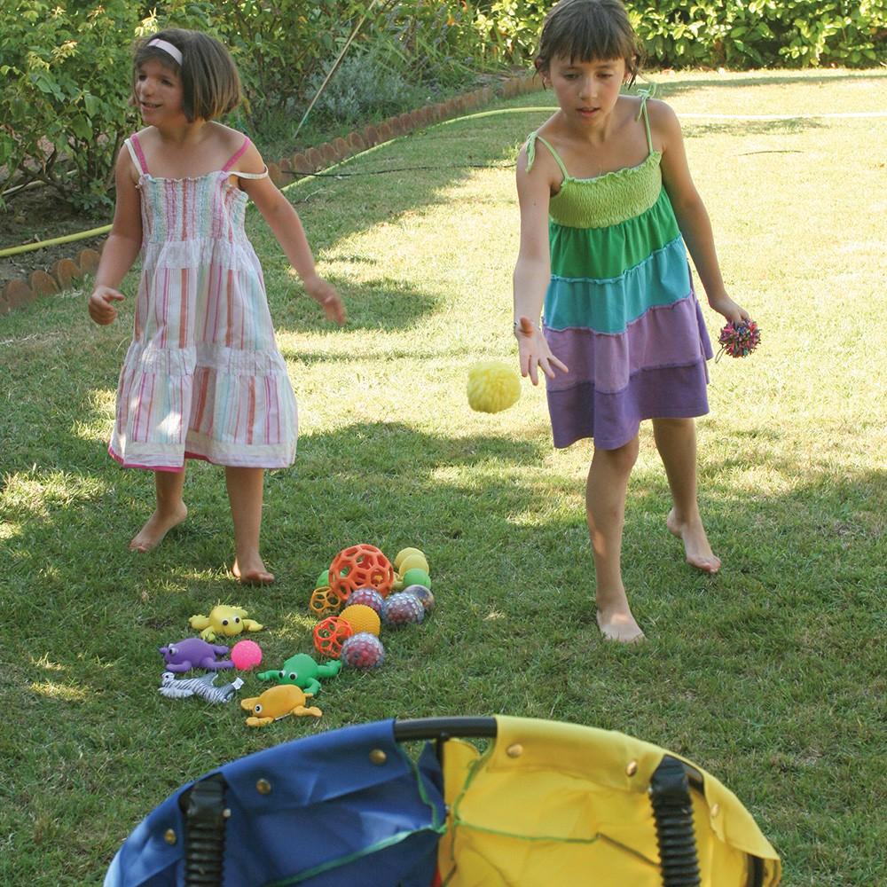 Deux enfants jouent à lancer des balles dans une cible.