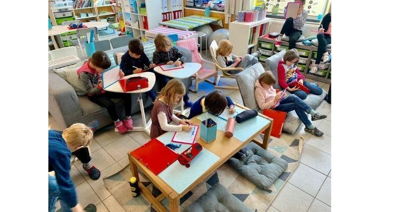 les enfants travaillent en ateliers dans la classe flexible de Stéphanie
