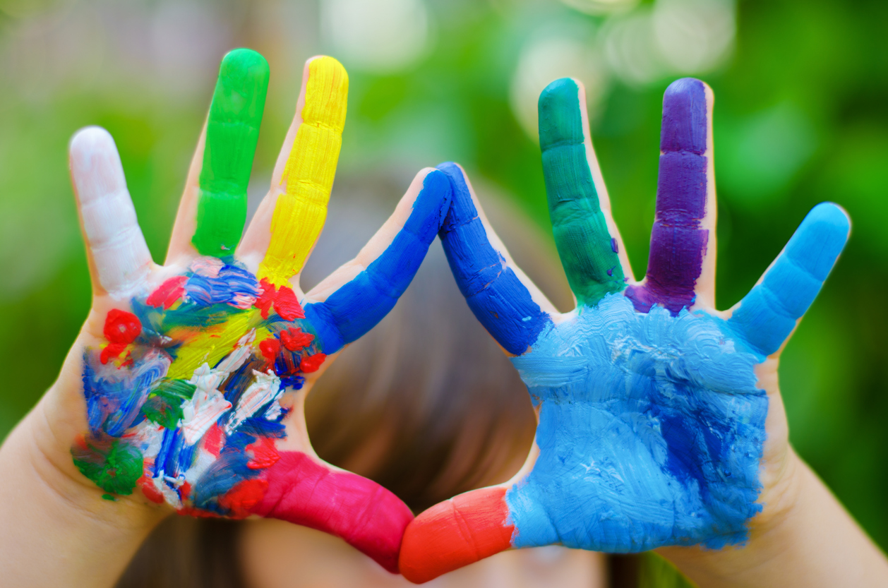 mains d'enfants avec de la peinture