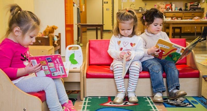 Jeunes enfants qui lisent.