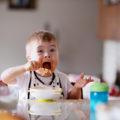 Un enfant avec Trisomie 21 qui mange