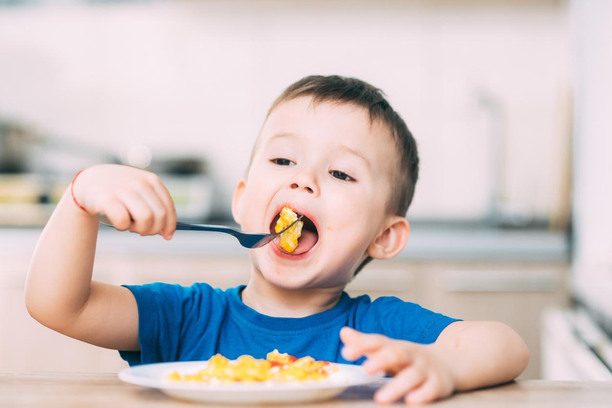 Enfant qui mange - alimentation