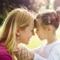 Une maman fait un calin à son enfant qui a un handicap visuel