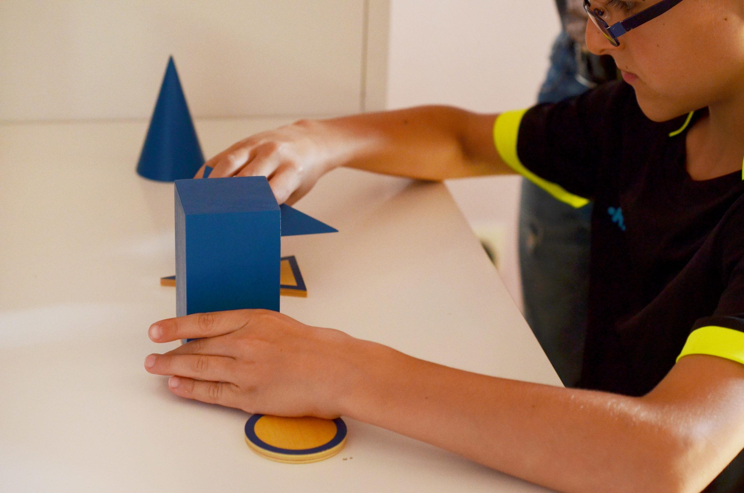 Enfant manipulant du matériel Montessori
