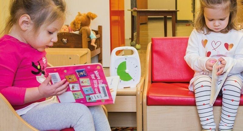 Deux petites filles en train de lire