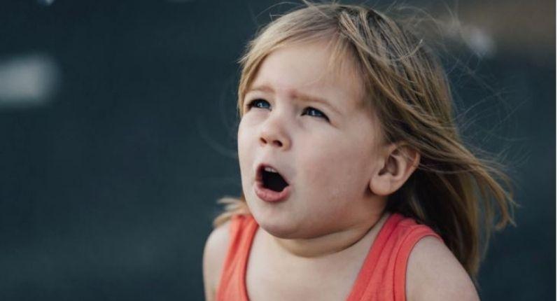 Un petit enfant qui parle
