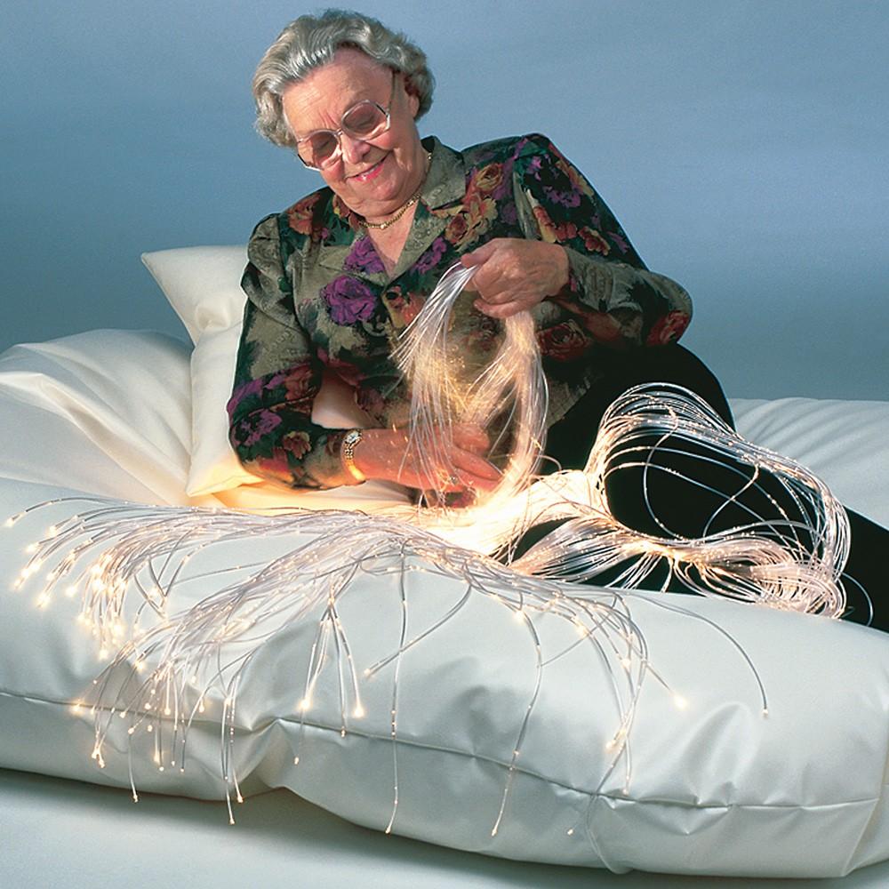 Une personne âgée manipule de la fibre optique.