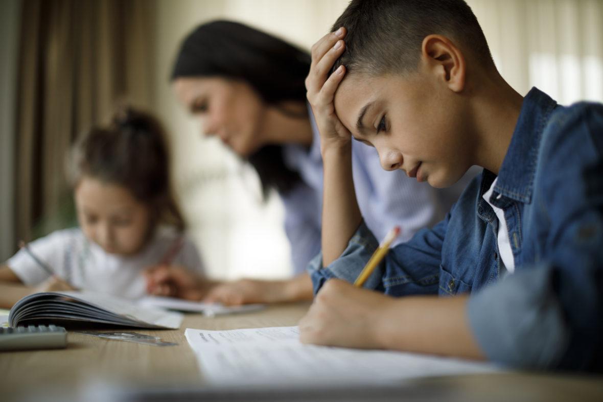 Deux enfants font leurs devoirs