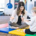 Un ergothérapeute travaillant avec un jeune garçon