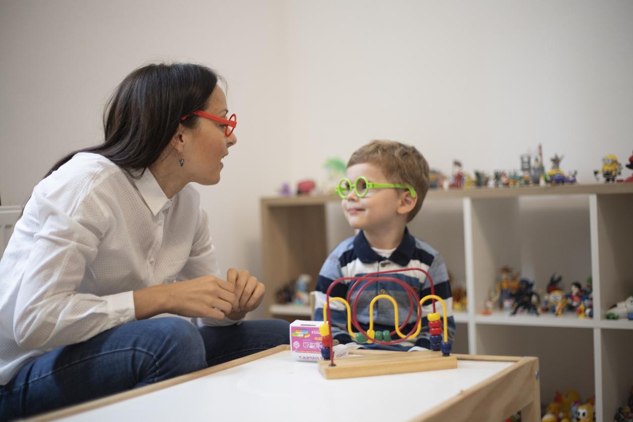 Un enfant lors d'une séance de rééducation