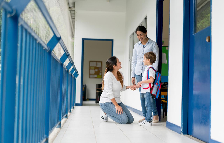 Enseignante, enfant et parent.