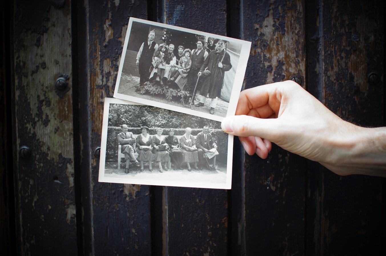 Anciennes photographies en noir et blanc, travail sur la mémoire