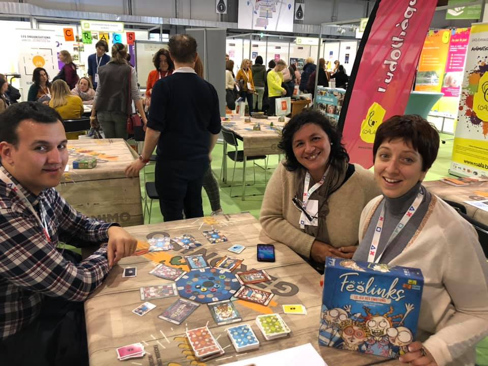 """Nathalie Lambinet, à droite de l'image, en train de jouer au jeu """" Feelings """"."""