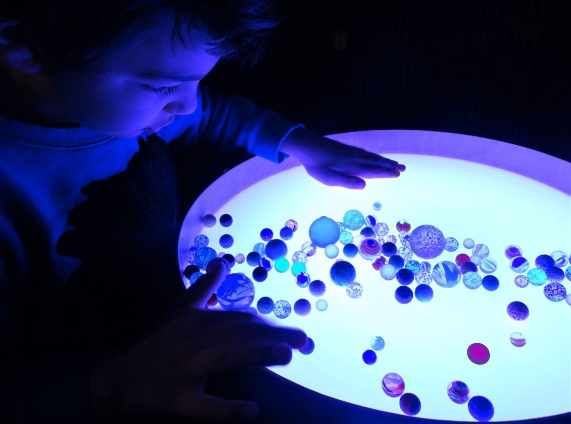 Jeu sensoriel avec table lumineuse magic light