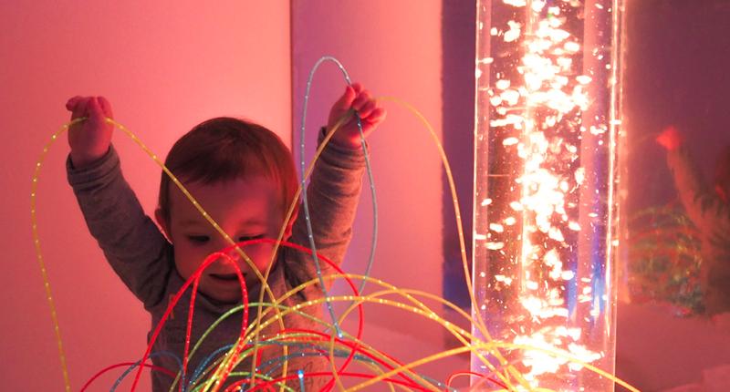 Un enfant qui joue avec des fibres optiques