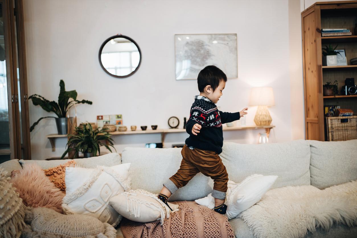 Enfant qui court sur un canapé