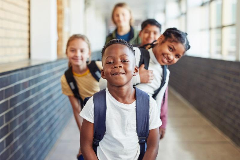 Plusieurs enfants heureux d'être à l'école.