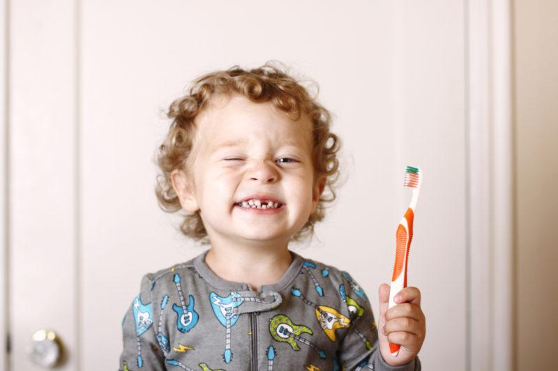 Un garçon se brosse les dents pour préserver sa santé bucco-dentaire