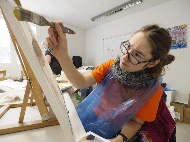 Thalia en plein travail artistique pendant la 4e édition de la Biennale Art et Handicap.