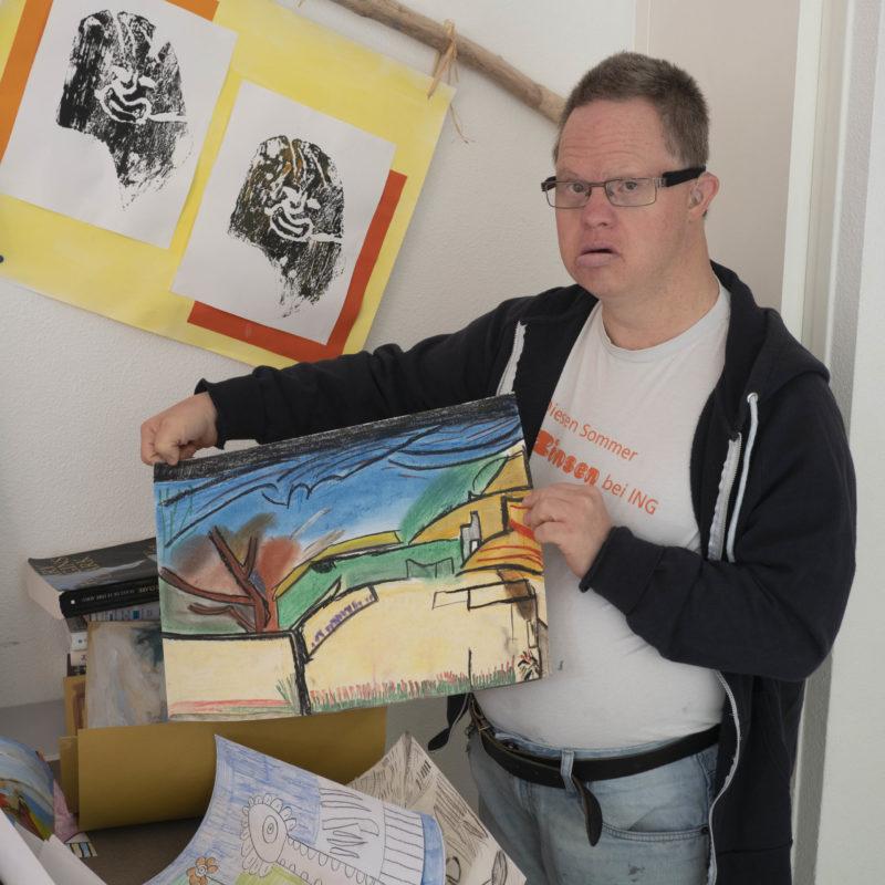 Un artiste et son oeuvre lors d'une précédente biennale art et handicap mental