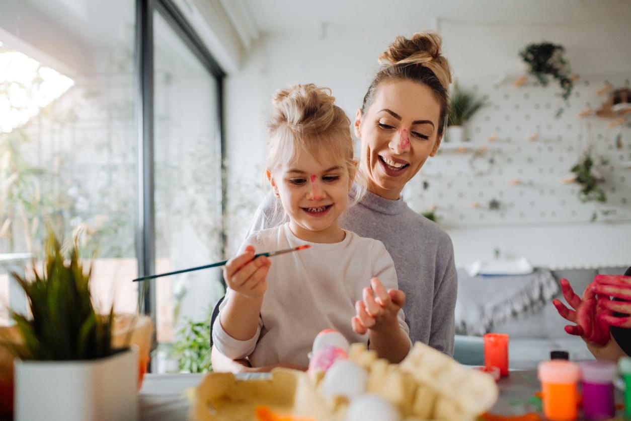 Une enfant et sa mère font de la peinture