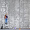 Enfant dessinant une fusée