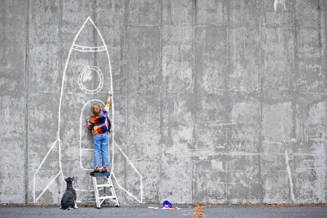 nino dibujando un cohete