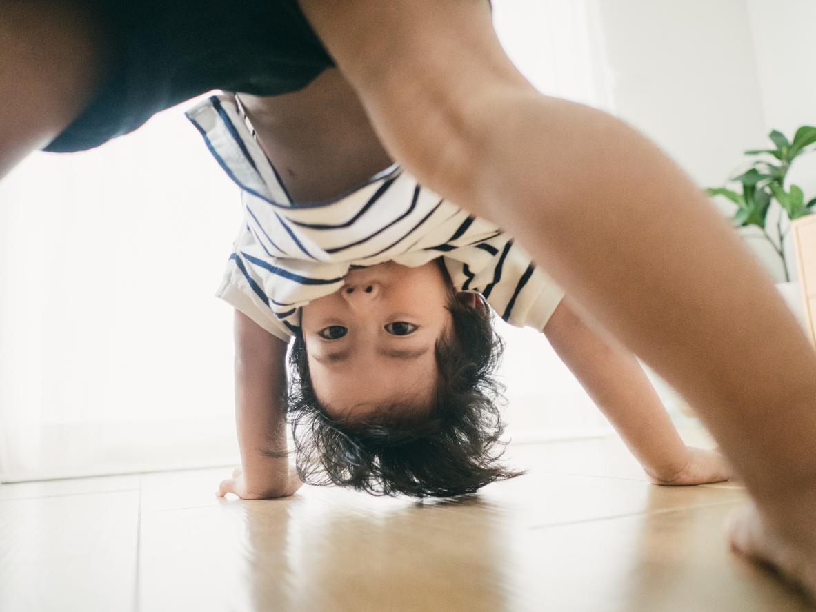 Un enfant cherche son équilibre