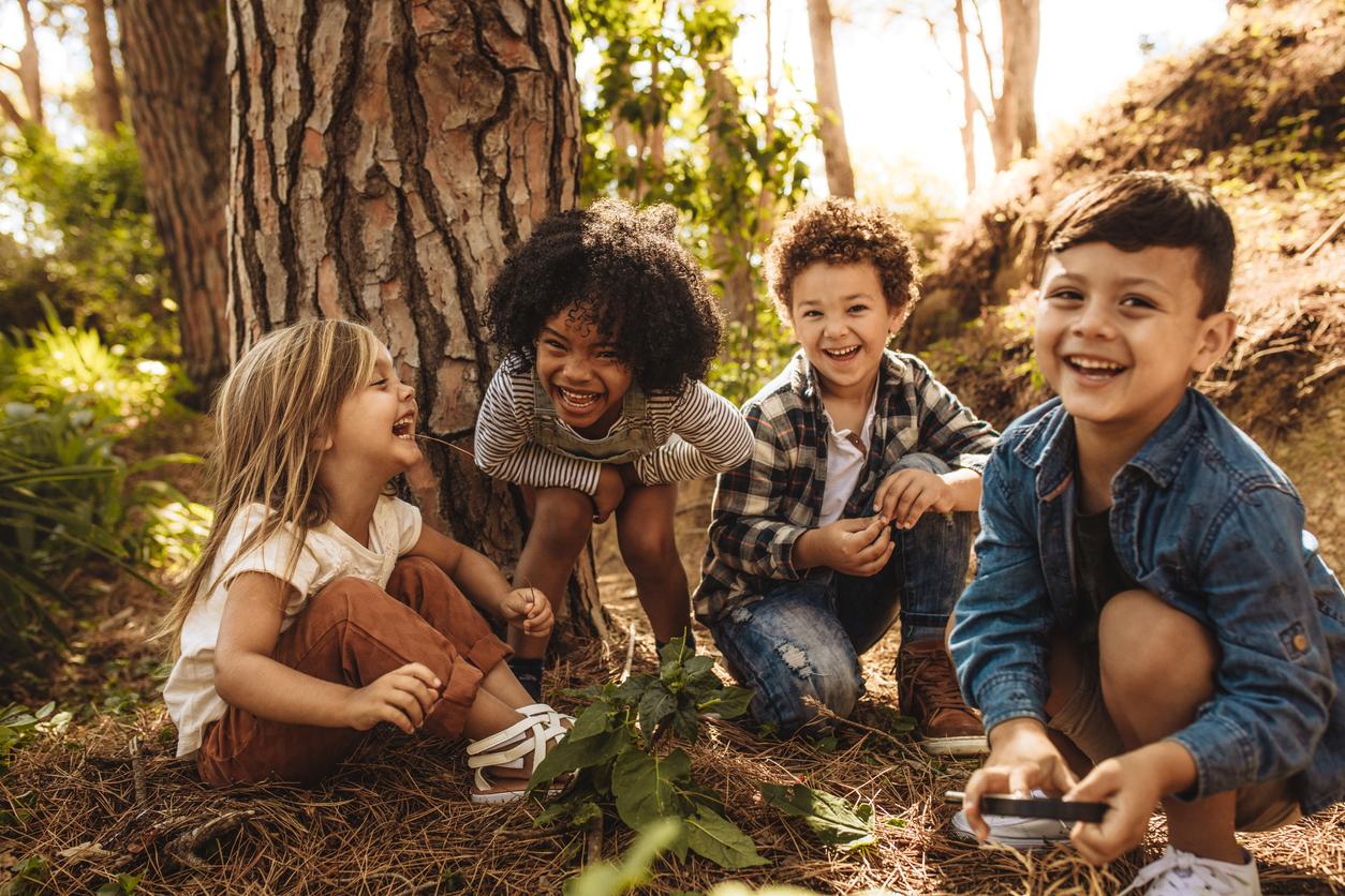 Des enfants qui explorent l'environement