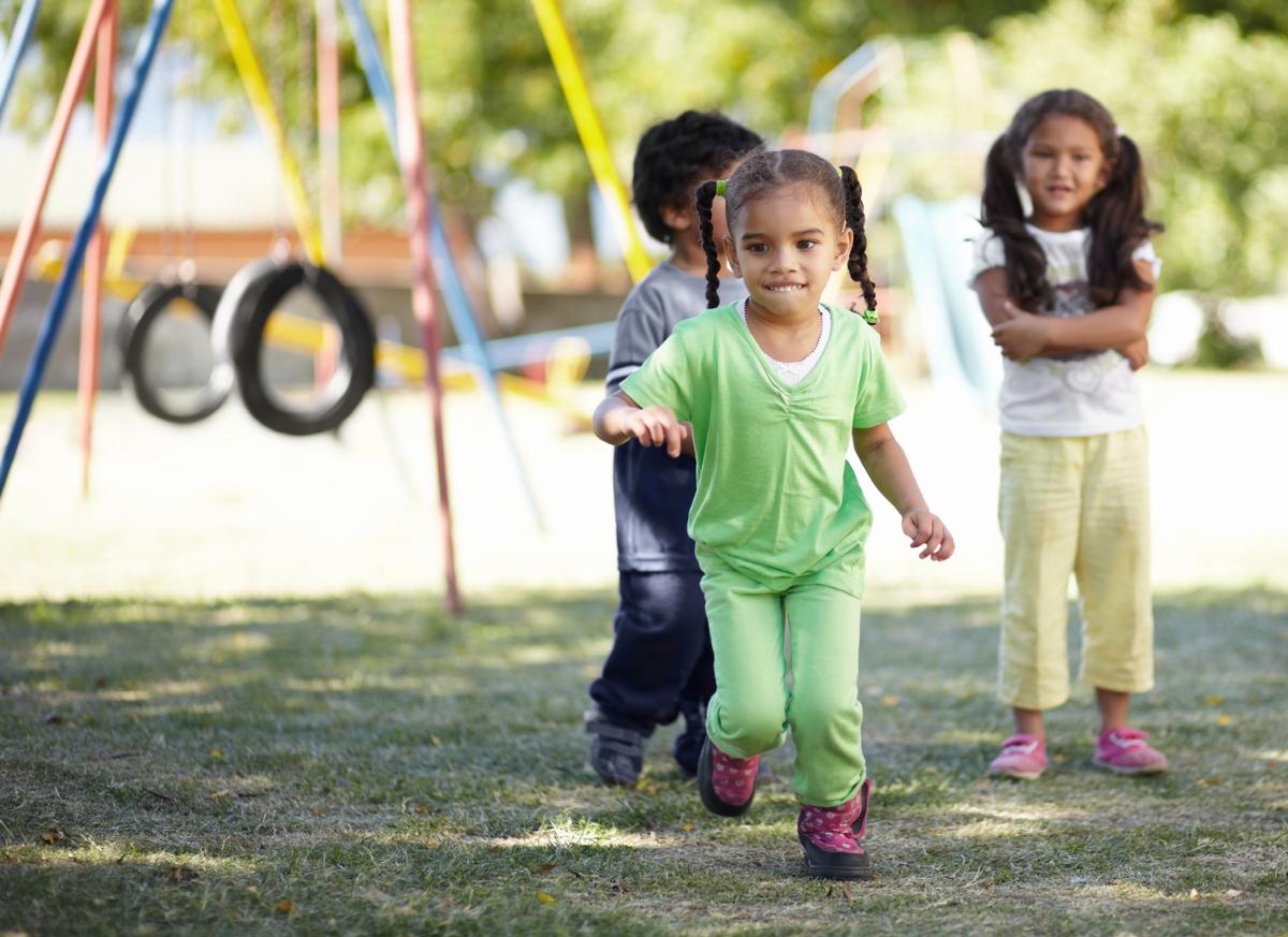 Enfants en UEMA qui jouent dehors pendant la récréation.