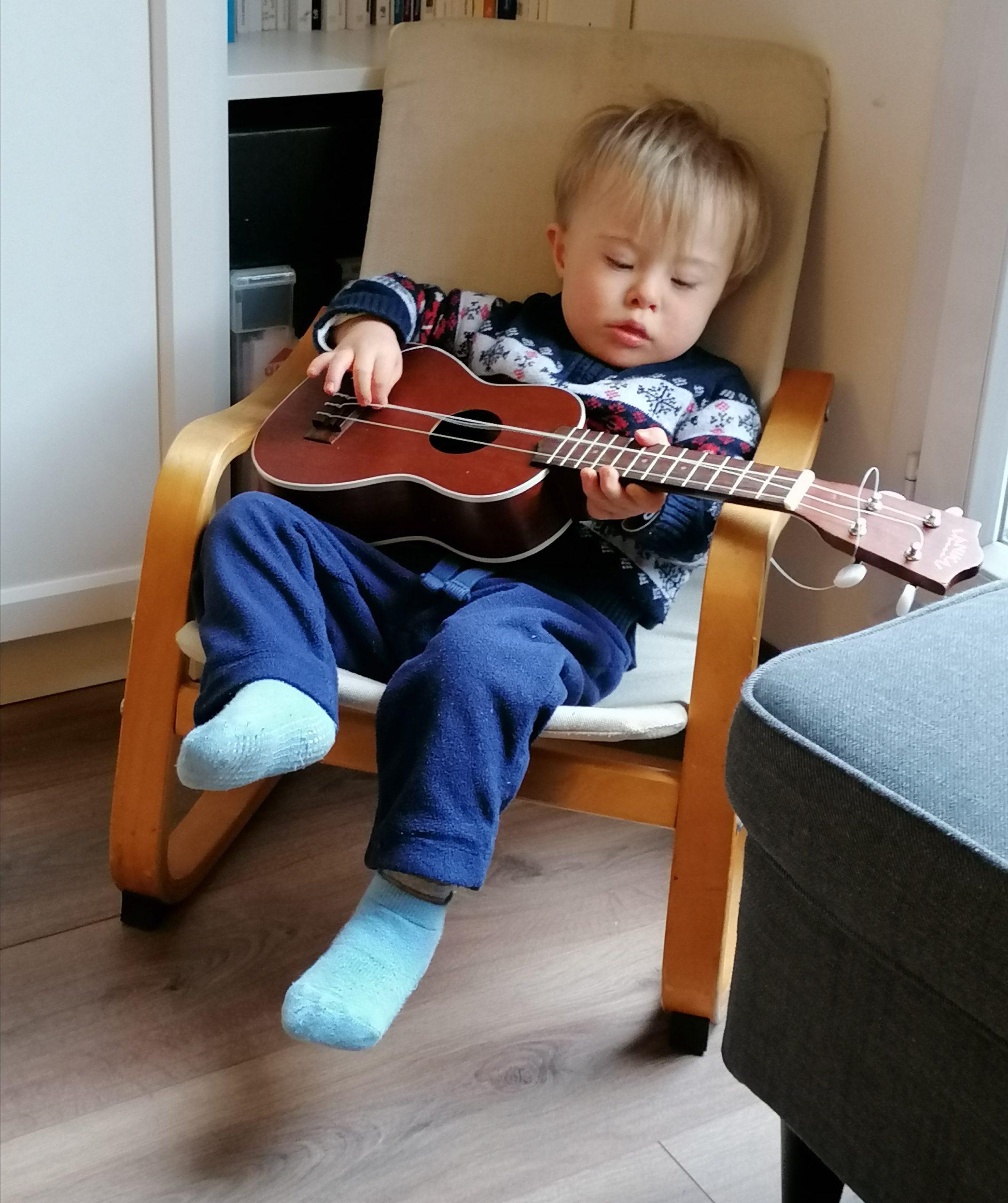 Christian joue de la guitare.