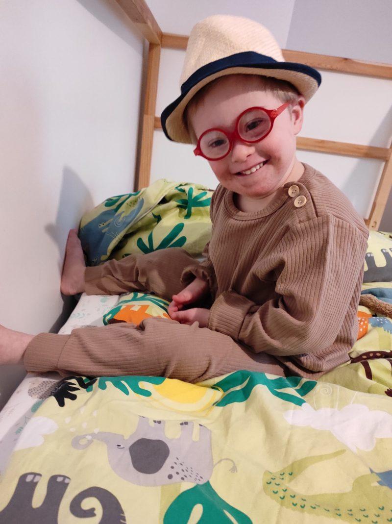 Gabriel, porteur de trisomie 21, dans son lit