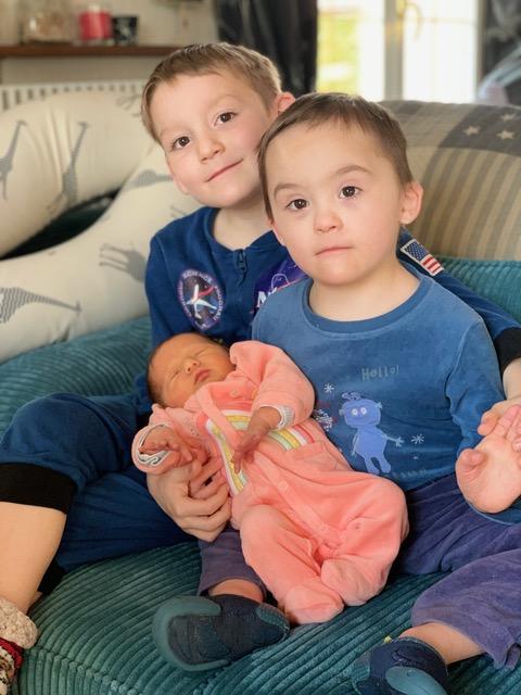 Nathanaël avec son frère et sa petite soeur nouveau-né.