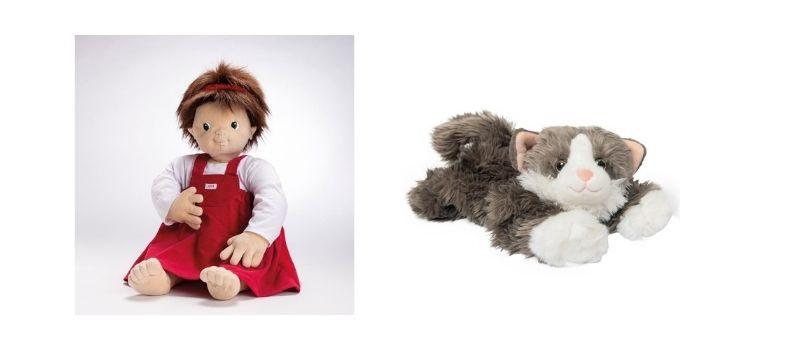 Une poupée et une peluche sensorielle