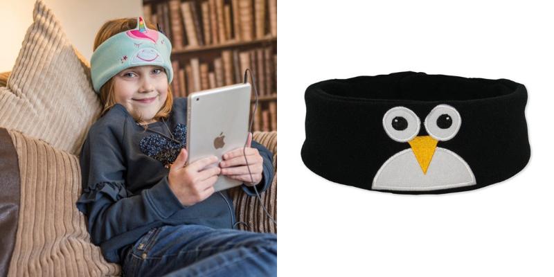 Une enfant écoute de la musique avec son casque d'écoute bandeau