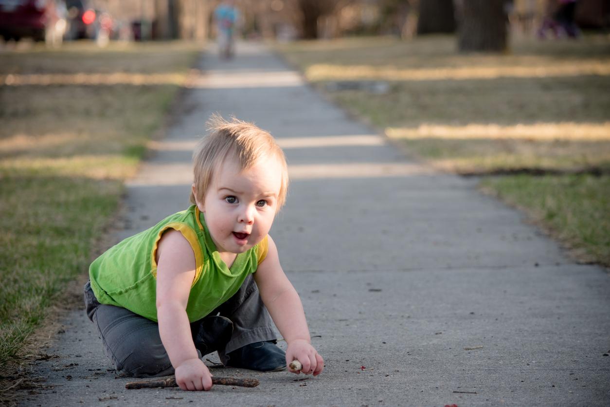 Enfant bébé qui se lève apres être tomber apprendre à marcher