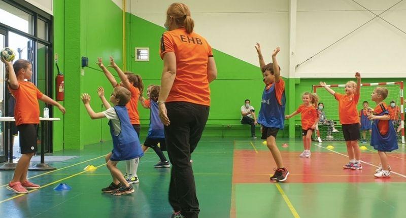 Une partie de handball inclusif