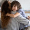 COVID et santé mentale : une maman fait un câlin à son fils