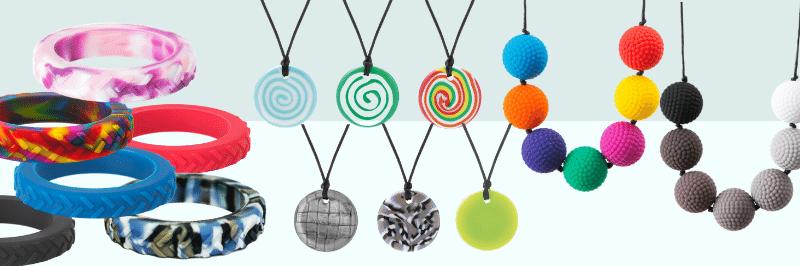 bracelet texturé, collier bouton et collier boules